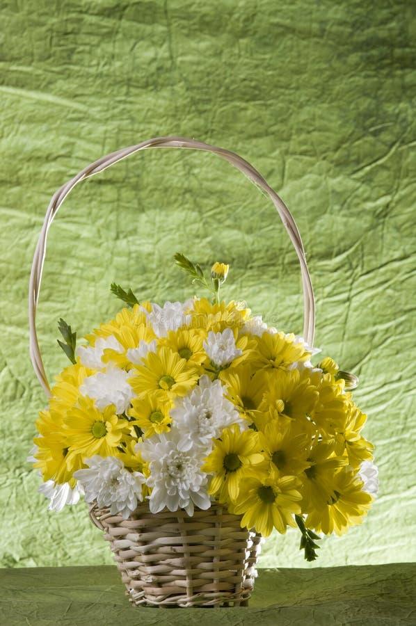 Flores na cesta imagens de stock royalty free