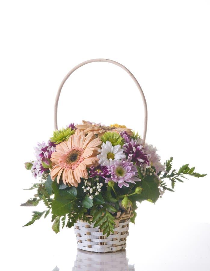 Flores na cesta no branco imagem de stock