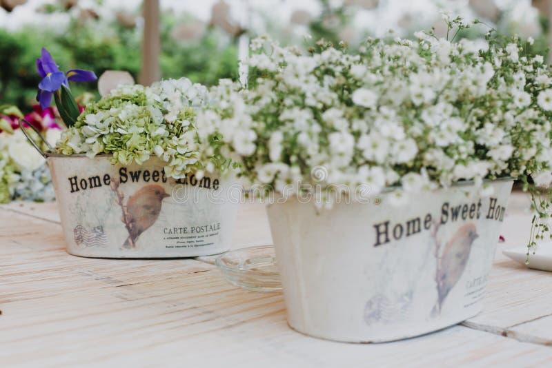 Flores na instalação dos vasos e da tabela do vintage, tabela do convidado do casamento, disposição da recepção foto de stock royalty free