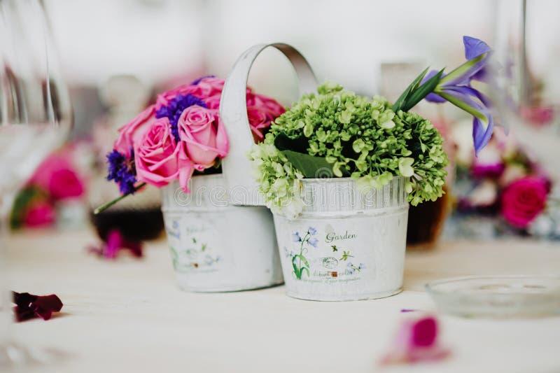 Flores na instalação dos vasos e da tabela do vintage, tabela do convidado do casamento, disposição da recepção imagem de stock