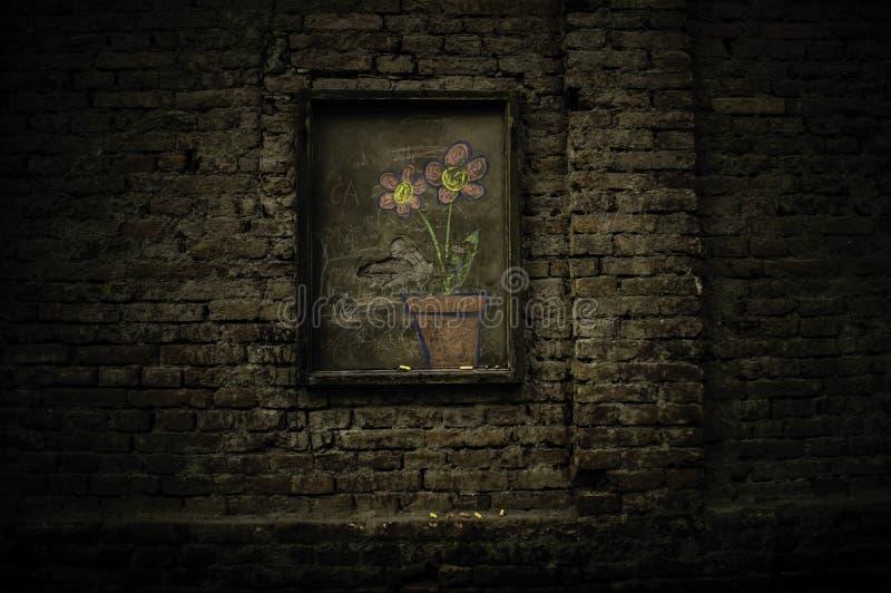 Flores no concreto foto de stock