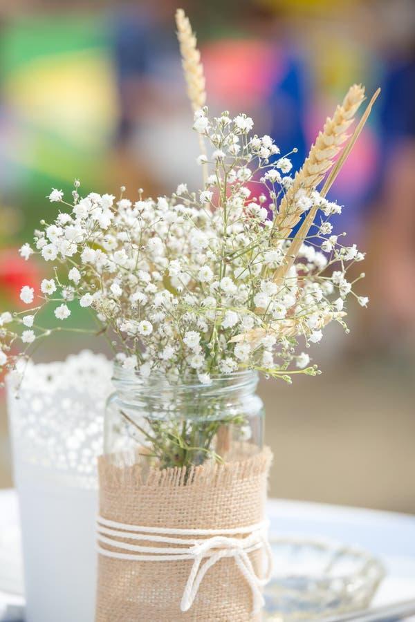 Flores no frasco de pedreiro fotografia de stock royalty free