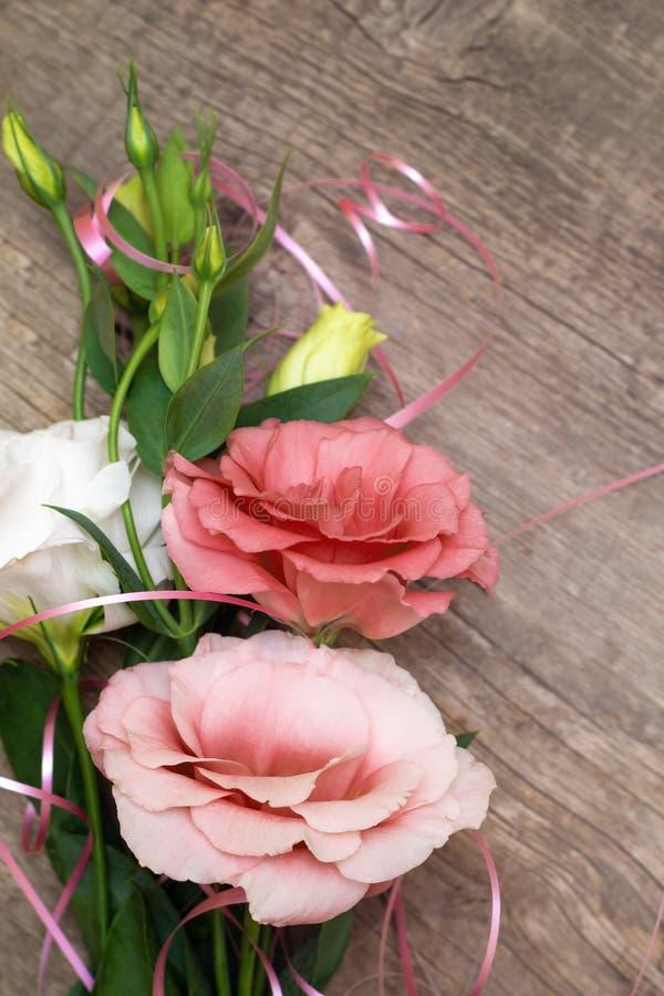Flores no fundo de madeira Conceito para o cartão de cumprimentos fotos de stock royalty free