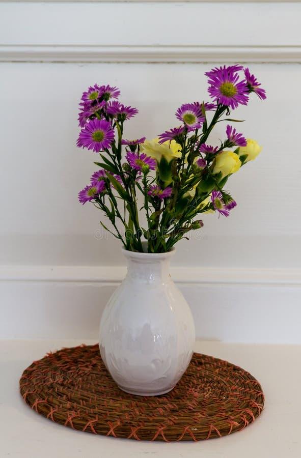 Flores no vaso branco fotos de stock royalty free