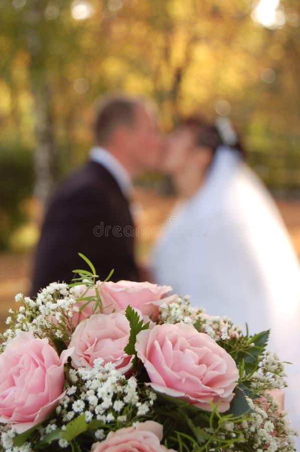 Flores, noiva e noivo dos casamentos foto de stock