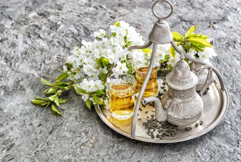 Flores orientales de la decoración de los días de fiesta de la tetera de los vidrios del té imagen de archivo libre de regalías