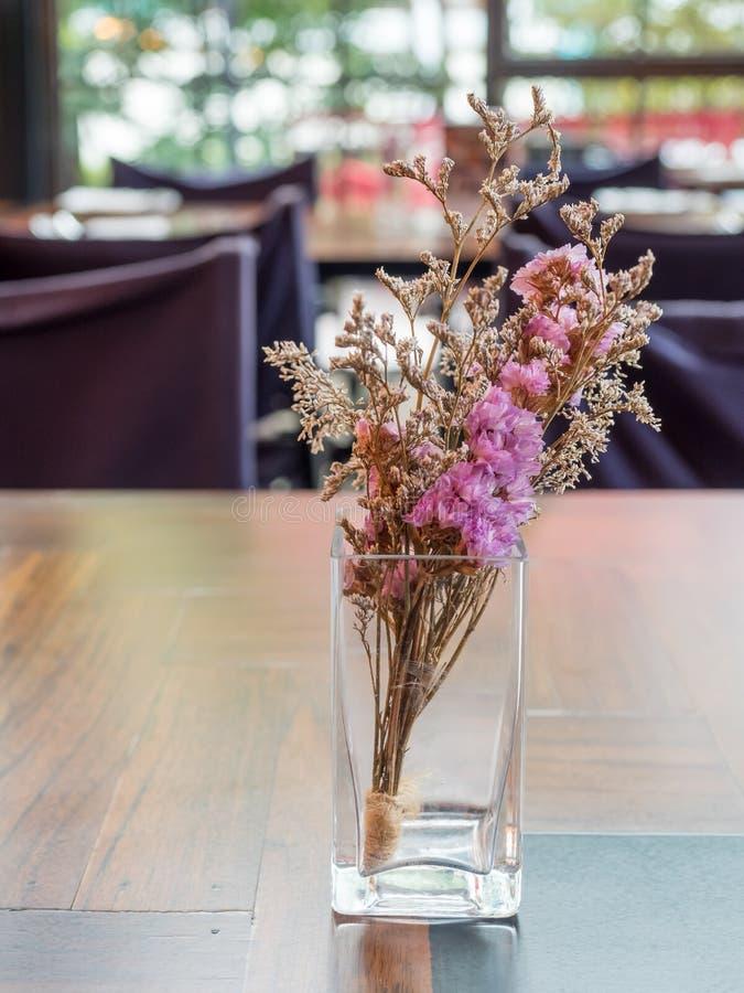 Flores púrpuras en el florero de cristal imagen de archivo libre de regalías