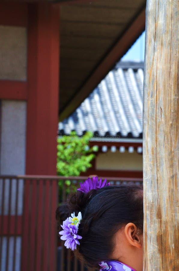 Flores púrpuras y blancas en su pelo foto de archivo libre de regalías