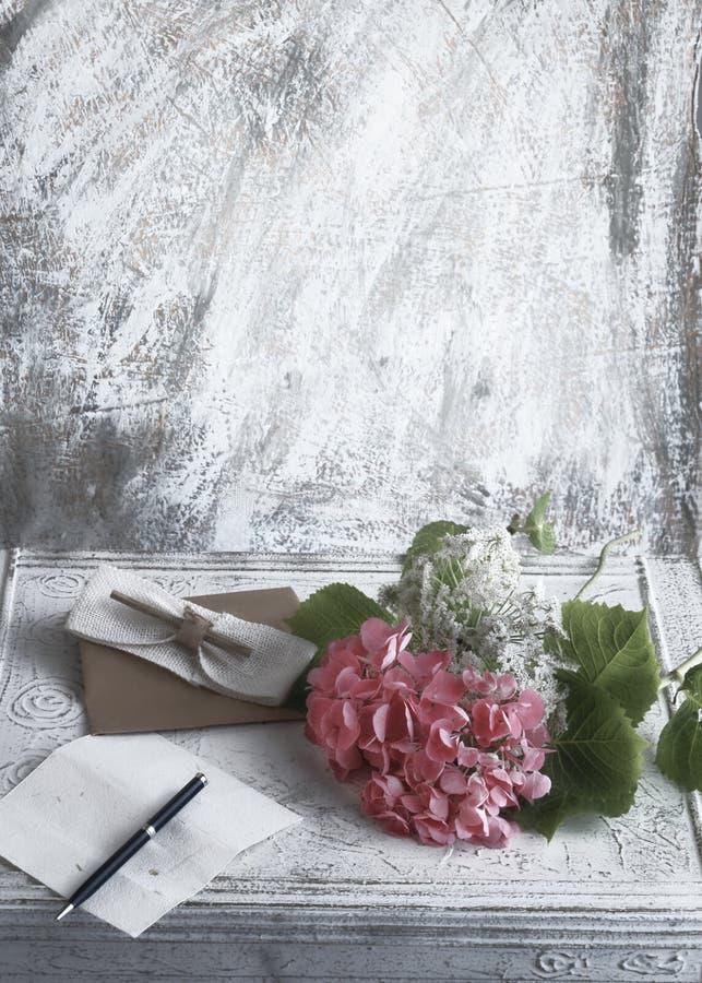 Flores, papel y pluma foto de archivo