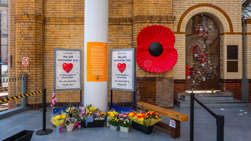Flores para o aniversário do ataque na arena de Manchester fotos de stock royalty free