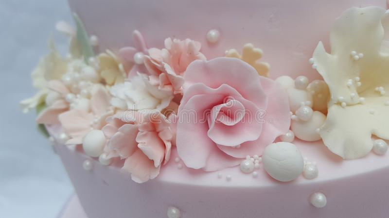 Flores pasteis e pérolas do açúcar da fantasia foto de stock royalty free