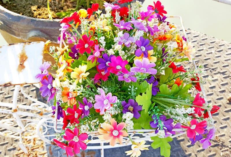 Flores plásticas artificiales coloridas foto de archivo libre de regalías