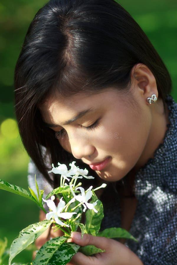 Flores que huelen de la muchacha imagen de archivo