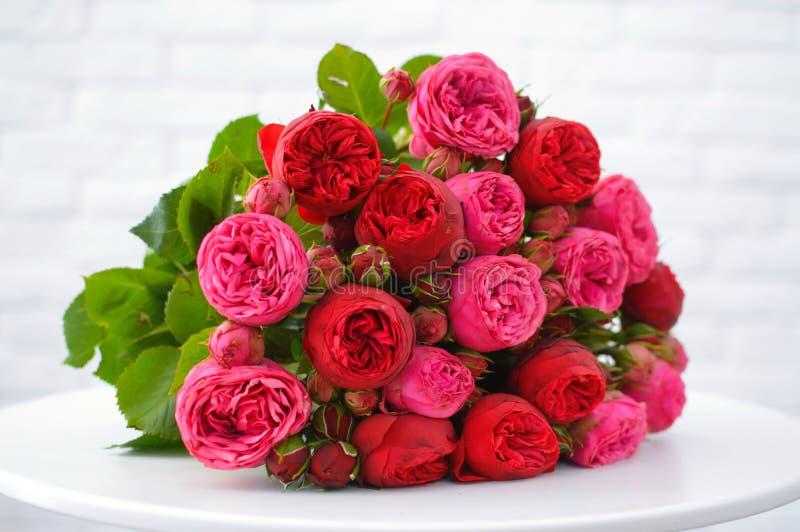 Flores rosadas hermosas en ramo imagen de archivo