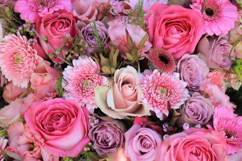 Flores rosadas mezcladas de la boda imagen de archivo libre de regalías