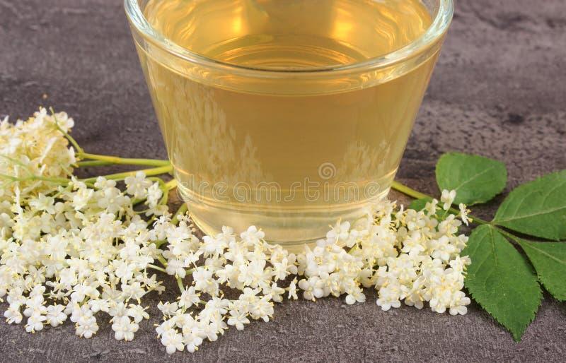 Flores sanas frescas del jugo y de la baya del saúco en la estructura del concepto de la medicina concreta, alternativa imagen de archivo