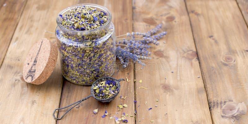 Flores secadas de la lavanda y de la malva en un fondo de madera Salud natural Aromatherapy Espacio libre para el texto Copie el  imagenes de archivo