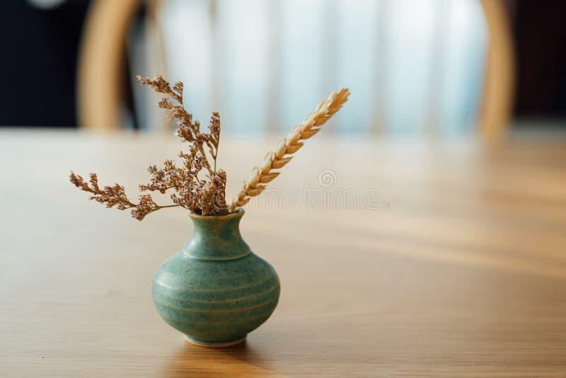 Flores secadas en el florero minúsculo imagen de archivo libre de regalías
