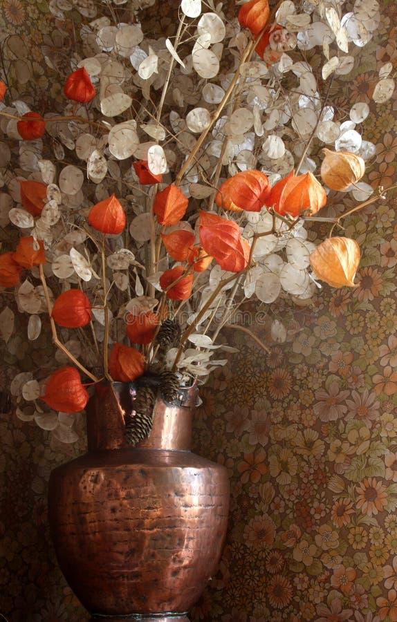 Flores secadas en un florero fotos de archivo