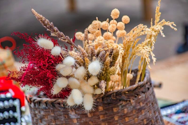 Flores secadas en una cesta foto de archivo libre de regalías
