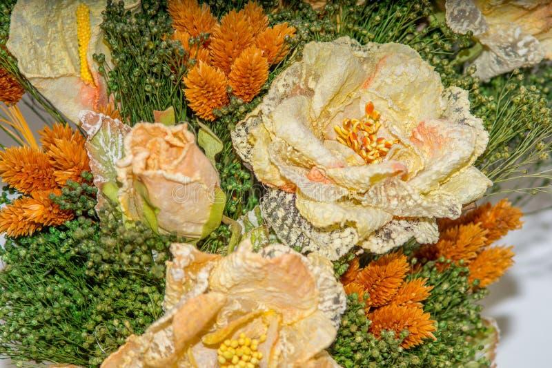 Flores secadas no primeiro plano, ramalhetes de flores secadas, arranjo de flor imagens de stock royalty free
