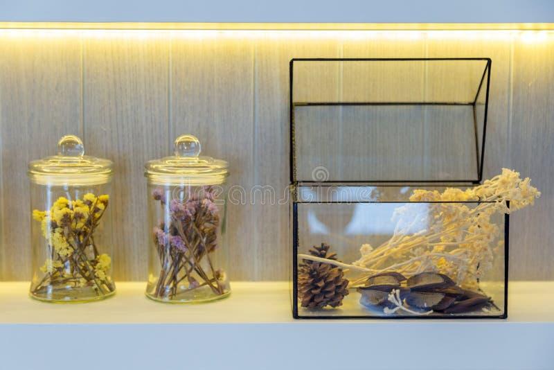 Flores secas en botellas en estante foto de archivo libre de regalías