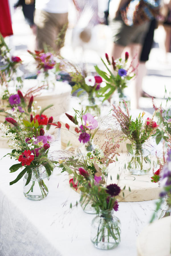 Flores selvagens no frasco de vidro fotografia de stock
