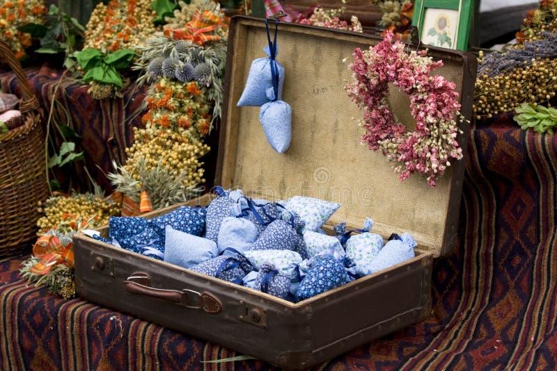 Flores selvagens secadas na mala de viagem antiquado fotografia de stock