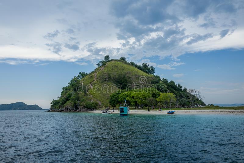 Flores strandkant nära Labuan Bajo i Indonesien arkivbilder
