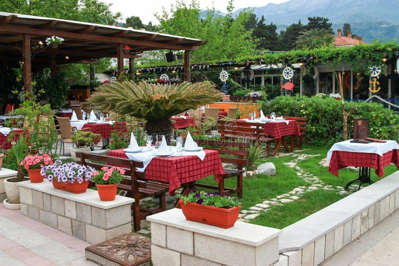 Flores tablas y sillas en terraza al aire libre del for Terrazas aire libre