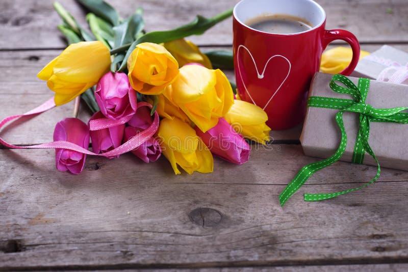 Flores, taza de café y presente fotografía de archivo libre de regalías