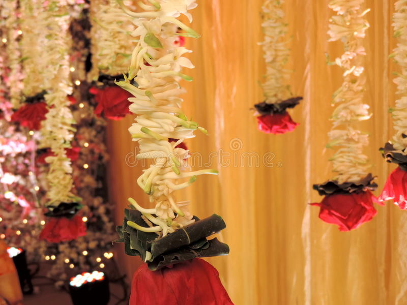Flores usadas decorando a entrada para o casamento hindu, Índia foto de stock