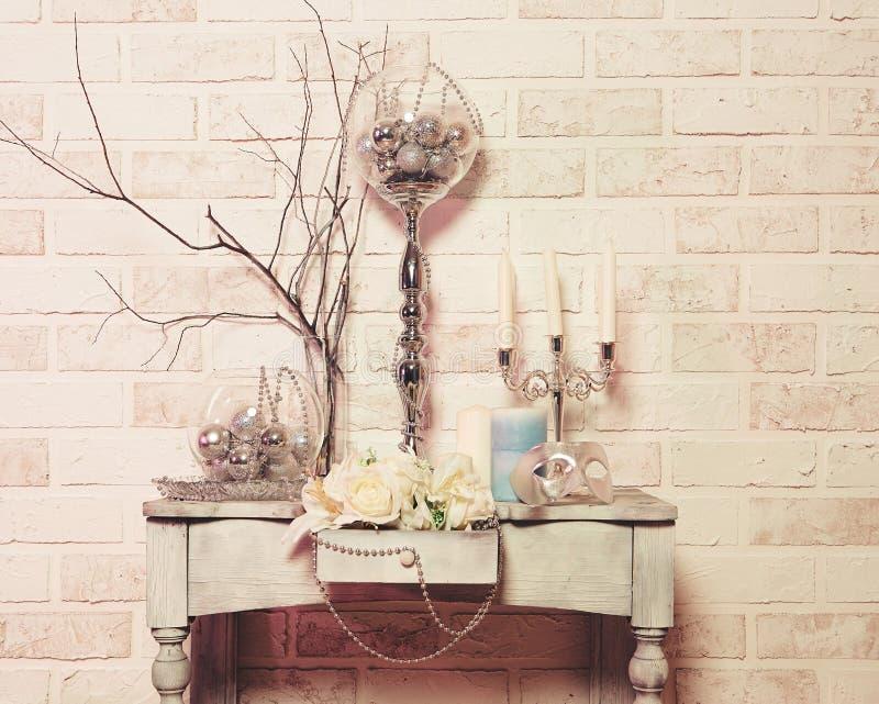 Flores, velas, juguetes de la Navidad y máscara fotos de archivo