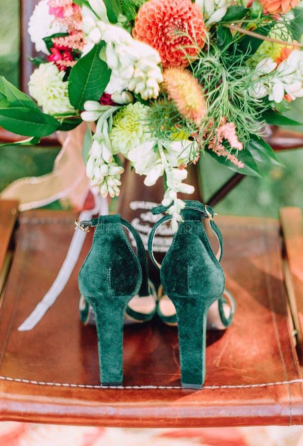 Flores verdes de las joyas del ataúd de los zapatos femeninos de los accesorios imágenes de archivo libres de regalías