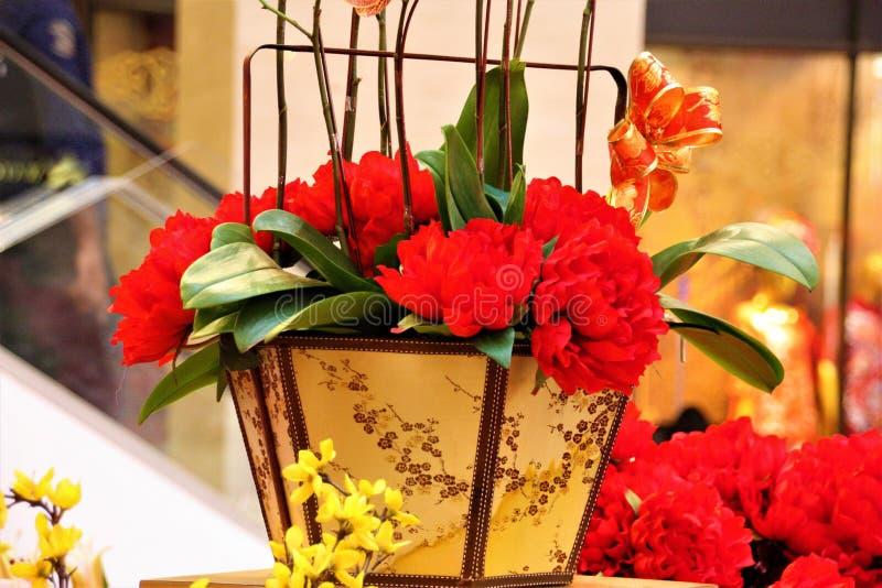 Flores vermelhas chinesas da decoração do ano novo no pavilhão, Kuala Lumpur Malaysia imagens de stock royalty free