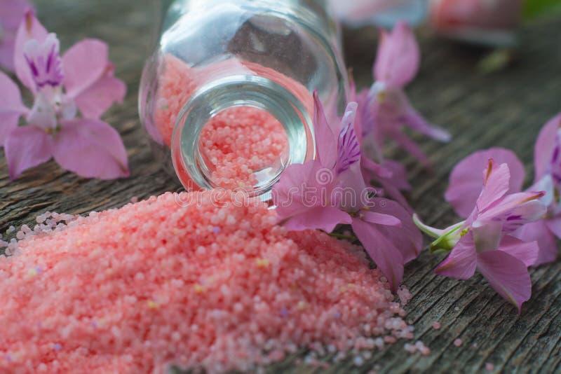Flores violetas Sal de banho cor-de-rosa imagens de stock