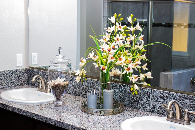 Flores y artículos del cuarto de baño imagenes de archivo