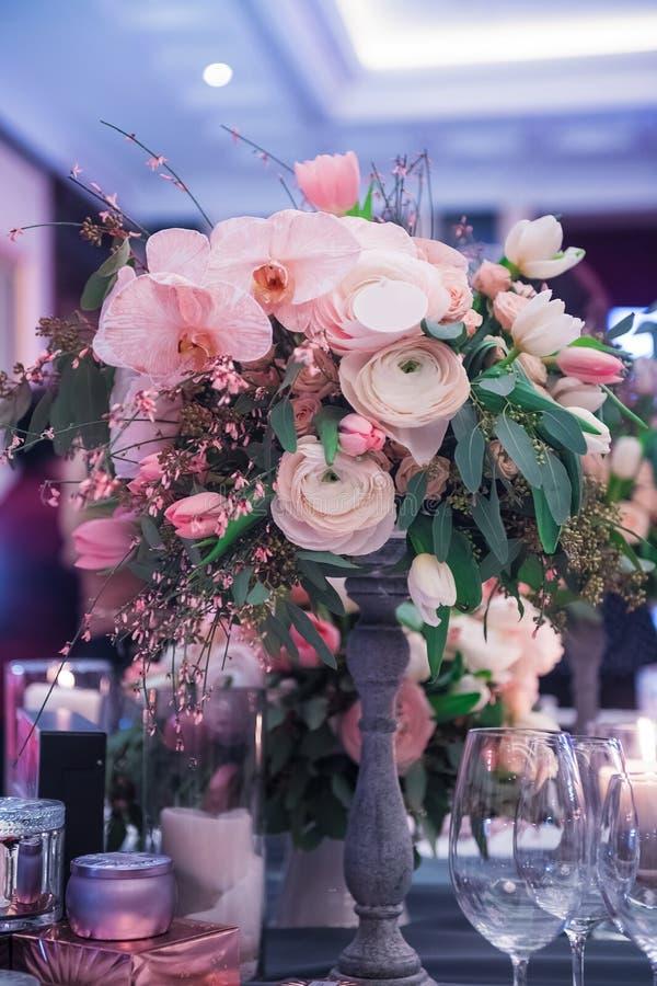 Flores y decoración de lujo de la boda imagen de archivo libre de regalías