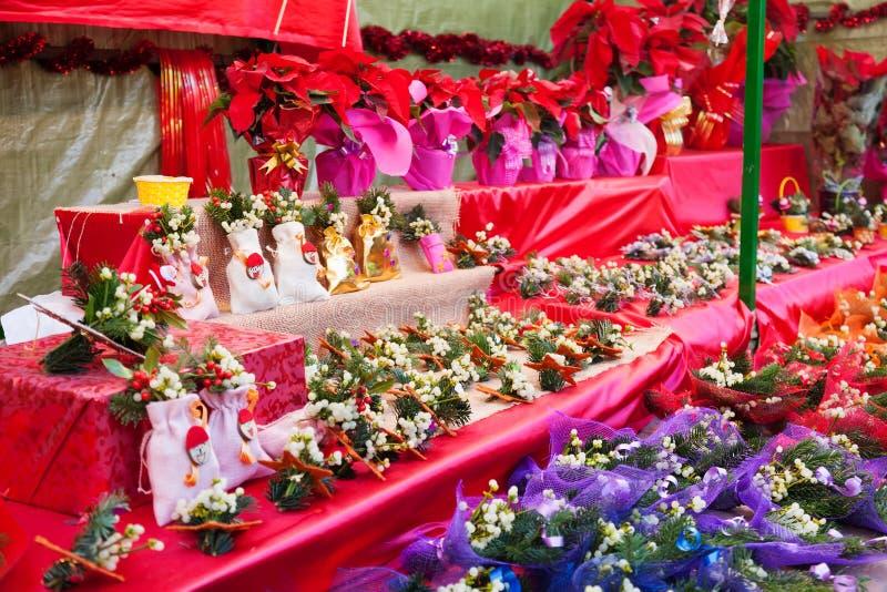 Flores y decoraciones en el mercado de la Navidad foto de archivo libre de regalías