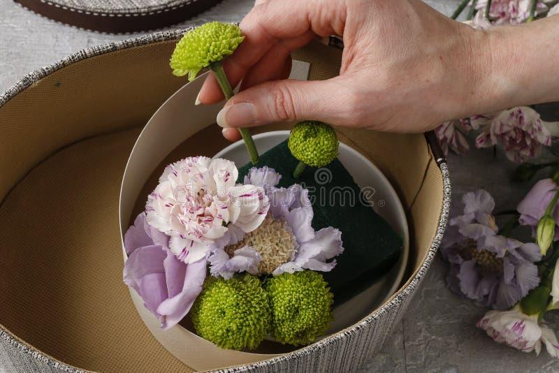 Flores y dulces en caja de la historieta - cómo hacer el regalo adorable, s fotografía de archivo
