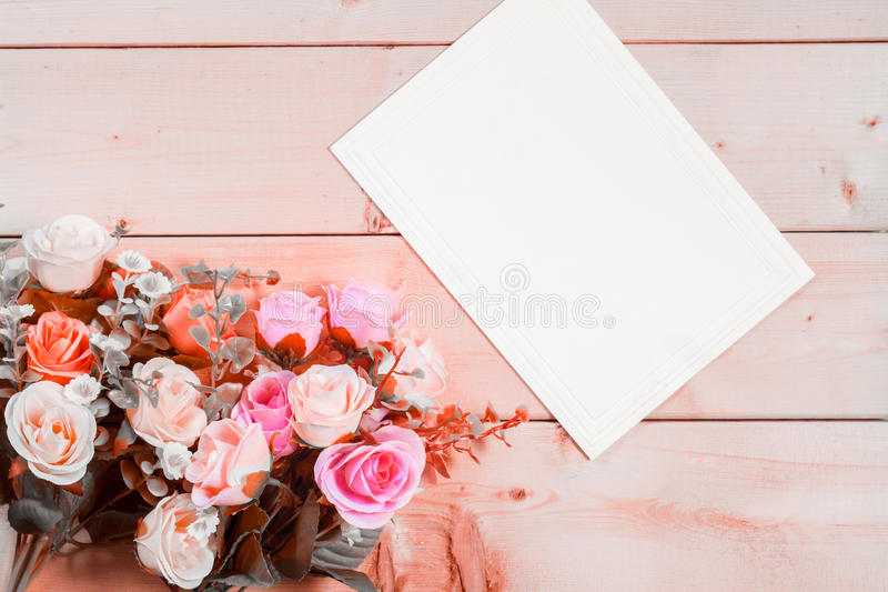 Flores y Empty tag de las rosas para su texto en fondo de madera fotografía de archivo libre de regalías