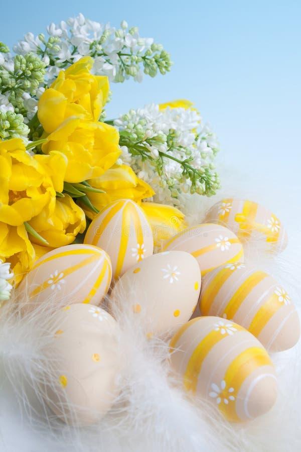 Flores y huevos del resorte fotografía de archivo libre de regalías