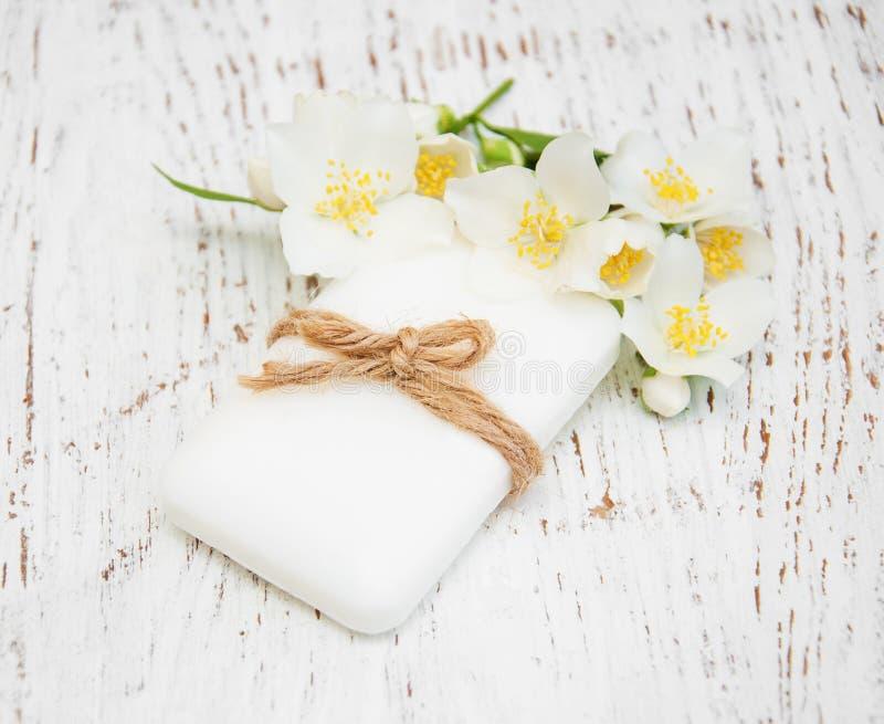 Flores y jabón del jazmín en la tabla de madera imágenes de archivo libres de regalías