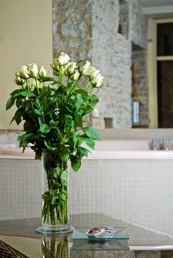 Flores y Jacuzzi fotografía de archivo libre de regalías