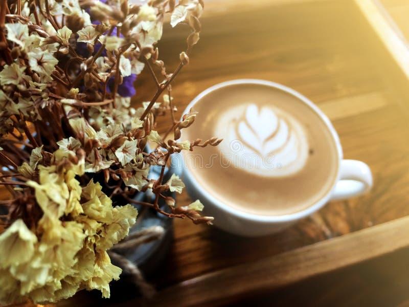 Flores y Latte secos Art Coffee Background foto de archivo libre de regalías