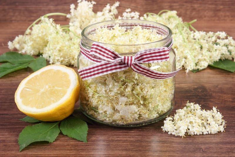 Flores y limón de la baya del saúco para preparar el jugo sano fresco a bordo, concepto de medicina alternativa fotografía de archivo libre de regalías