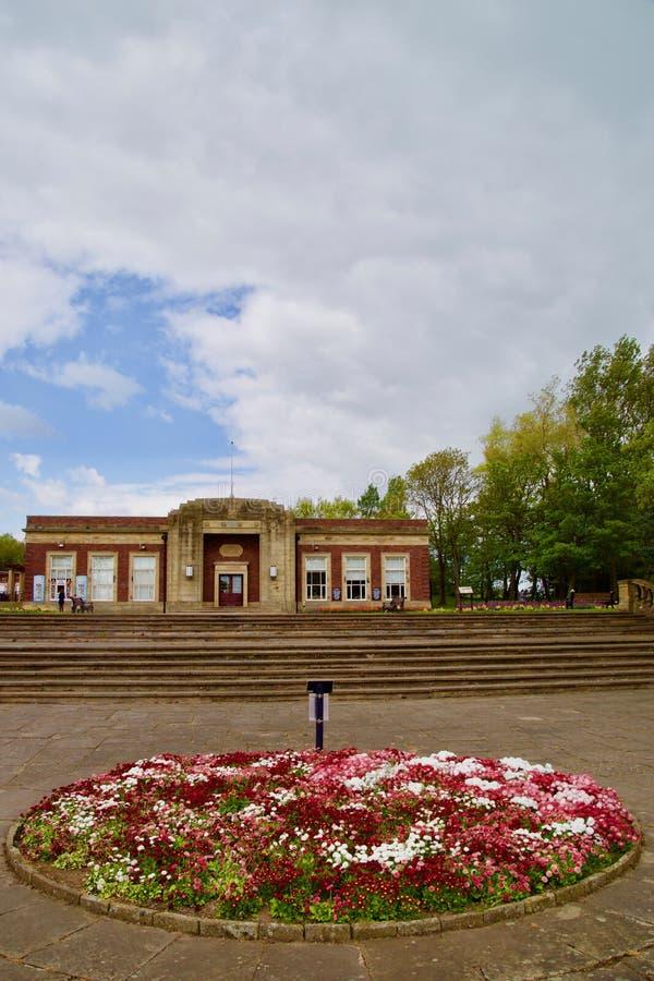 Flores y los edificios del parque fotografía de archivo