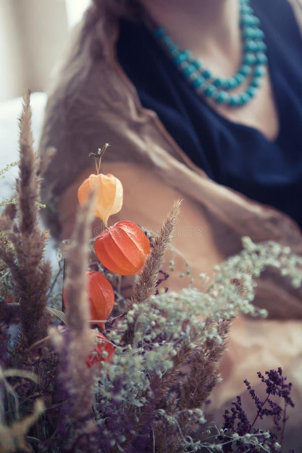 Flores y mujer de Phyllis en gotas de la turquesa imagen de archivo libre de regalías