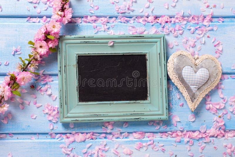 Flores y pizarra vacía imagen de archivo libre de regalías