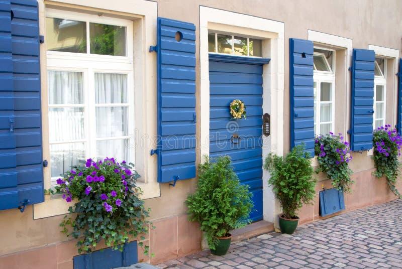 Flores y plantas que adornan exterior de la casa imagenes de archivo